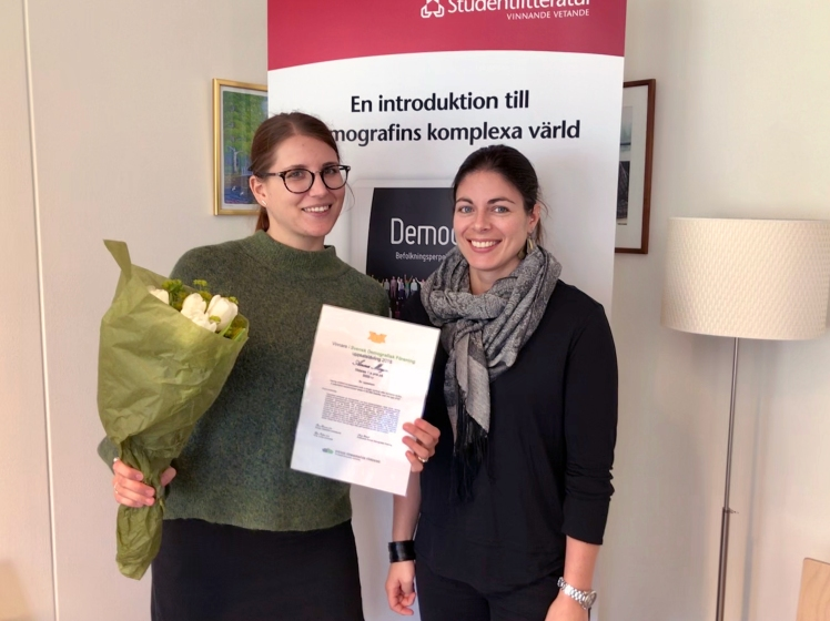Anna Meyer (left) receives the award from Linda Kridahl, chair, Swedish Demographic Association and researcher at the Stockholm Demography Unit.