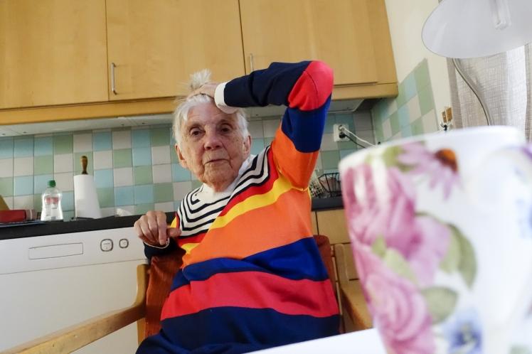 Foto: Äldre kvinna sitter i köket. Alexander Farnsworth/Mostphotos
